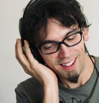 Kopfhörer, Bart und Brille